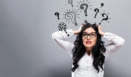 Fragezeichen mit junger Geschäftsfrau, die sich gestresst fühlt Standard-Bild