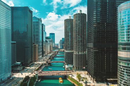 Río Chicago con barcos y tráfico desde arriba en la mañana Foto de archivo