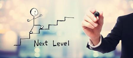 Next level concept met zakenman op vage abstracte achtergrond