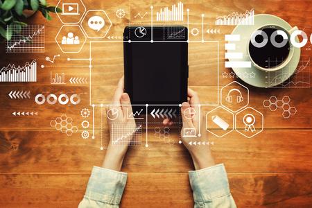 Thème d'apprentissage en ligne avec une personne tenant une tablette