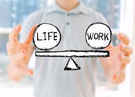 Balance zwischen Leben und Arbeit mit einem jungen Mann, der seine Hände hält