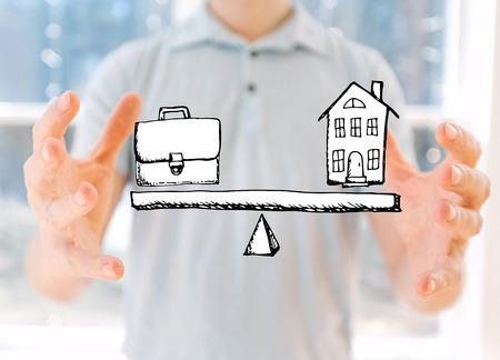 Work-Life-Balance mit jungem Mann, der seine Hände hält Standard-Bild