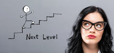 Concept de niveau supérieur avec une jeune femme d'affaires dans un visage réfléchi