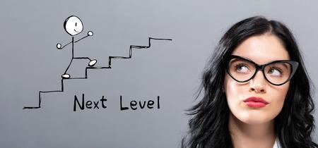 Concepto de siguiente nivel con joven empresaria en una cara pensativa