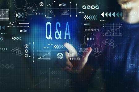 Vraag en antwoord met een jonge man op een donkere achtergrond