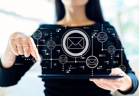 タブレットコンピュータを使用して女性との電子メール