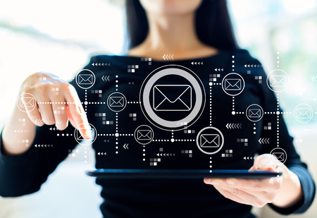 Email con una donna che usa il suo tablet
