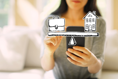 Work-Life-Balance mit einer Frau, die ihr Smartphone im Wohnzimmer nutzt