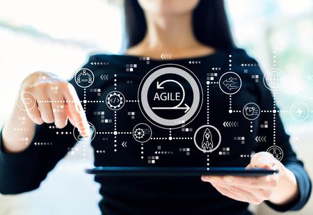 Agile concept met vrouw die haar tablet gebruikt