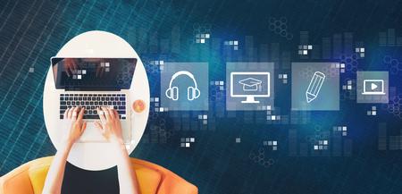 E-Learning con la persona que usa un portátil sobre una mesa blanca