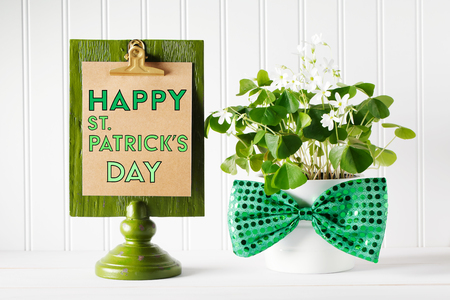 Saint Patricks Day message board with shamrock in white pot Stok Fotoğraf - 117360569