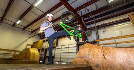 Man jumping and riding on a BMX bicycle at an extreme sports park Foto de archivo - 117497236