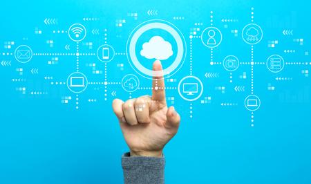 Cloud computing avec la main sur fond bleu