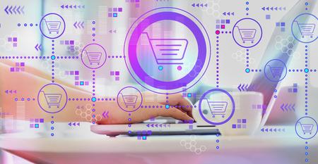 Tema de compras en línea con mujer usando una computadora portátil en una mesa de café