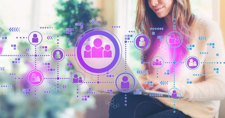 Connessioni sociali con una donna che usa il suo computer portatile Archivio Fotografico