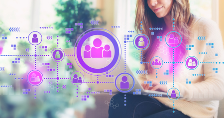Liens sociaux avec une femme utilisant son ordinateur portable Banque d'images