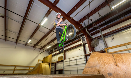 Man jumping and riding on a BMX bicycle at an extreme sports park Foto de archivo - 118555356