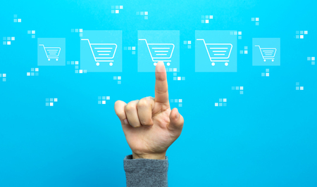 Online shopping theme with hand on a blue background Banque d'images - 119323139