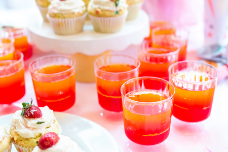 Dessert table with jello and cupcakes Easter party theme Foto de archivo - 119323219