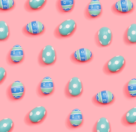 Colorful Easter eggs overhead view flat lay Banque d'images - 119983320