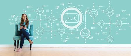 タブレットコンピュータを持つ若い女性との電子メール
