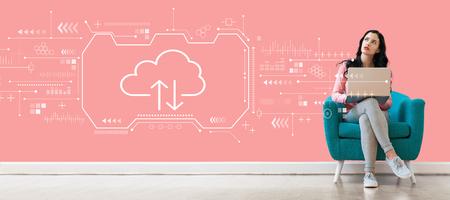 Cloud Computing mit junger Frau, die einen Laptop verwendet Standard-Bild
