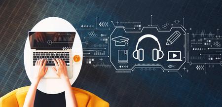 Concepto de e-learning con persona que usa una computadora portátil en una mesa blanca