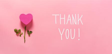 Messaggio di ringraziamento con vista dall'alto del fiore del cuore piatta