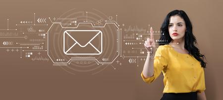 茶色の背景にビジネスウーマンとの電子メール