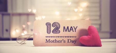 Wiadomość na Dzień Matki z czerwonym sercem ze światłami w kształcie serca