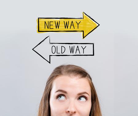 Alter oder neuer Weg mit junger Frau, die nach oben schaut
