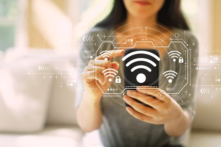 Wifi con mujer usando su teléfono inteligente en una sala de estar