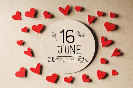 16. Juni Happy Fathers Day Nachricht mit handgemachten kleinen Papierherzen