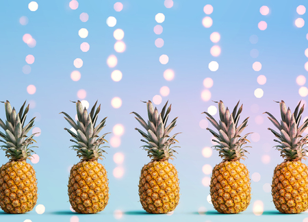 Many pineapples on a shiny light background Imagens