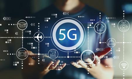 5G-Netz mit jungem Mann in der Nacht