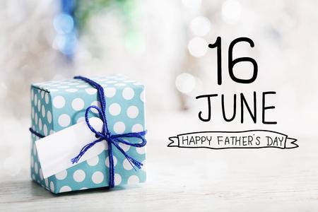 Mensaje del feliz día del padre del 16 de junio con una pequeña caja de regalo hecha a mano