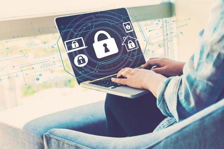 Tema de seguridad con mujer usando su computadora portátil en su oficina en casa