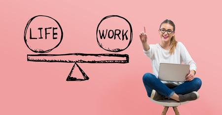 Vereinbarkeit von Leben und Beruf mit einer jungen Frau, die ihren Laptop benutzt Standard-Bild
