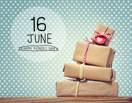 Messaggio di giorno di padri con pila di scatole regalo