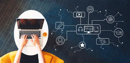 E-Learning met persoon die een laptop op een witte tafel gebruikt