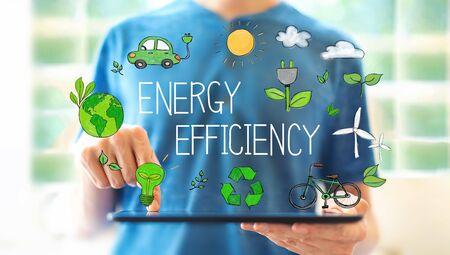 Efektywność energetyczna z młodym mężczyzną korzystającym z komputera typu tablet