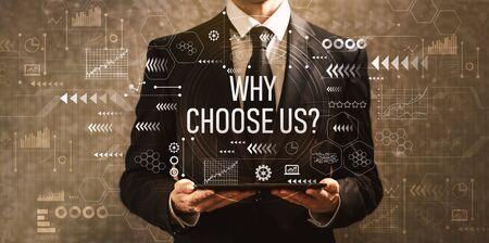 ¿Por qué elegirnos con el empresario sosteniendo una tableta sobre un fondo oscuro de la vendimia