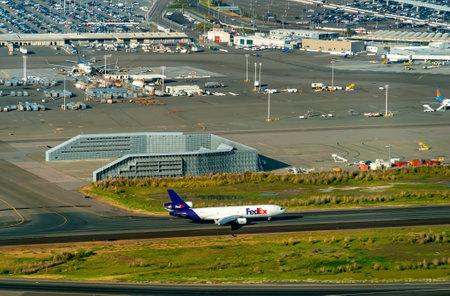 OAKLAND, CA - 1. MAI 2019: Ein FedEx-Flugzeug fliegt von Oakland International Airport Editorial