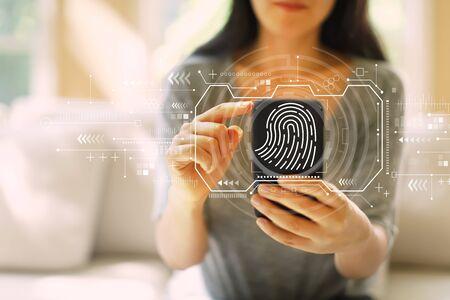 Thème de numérisation d'empreintes digitales avec une femme utilisant son smartphone dans un salon