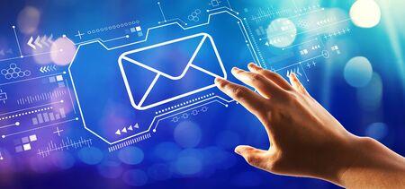 E-mail avec la main en appuyant sur un bouton sur un écran technologique Banque d'images