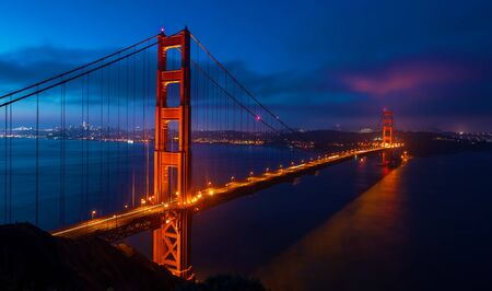 San Francisco's Golden Gate Bridge bij zonsopgang vanuit Marin County