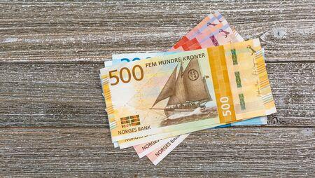 Norwegische Kronenscheine auf Holztisch gestapelt