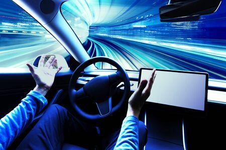 Person, die ein Auto im Autopilot-Modus benutzt, gibt die Hände frei