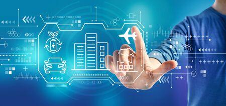 Concept de ville intelligente avec un homme sur fond bleu Banque d'images