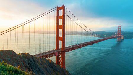 Le Golden Gate Bridge de San Francisco au lever du soleil depuis le comté de Marin